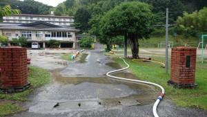 豊岡小学校校庭の溝の掃除ホース