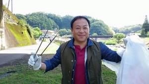 金火箸を手にゴミを拾いながら竹田を歩