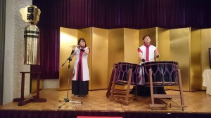能の式三番で幕を開け、友達が太鼓と笛を演奏