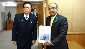 倉野さんが知事に「命と心」を贈呈