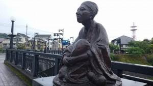 豊後竹田駅裏の滝を眺める田能村竹田先生2