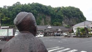 豊後竹田駅裏の滝を眺める田能村竹田先生1