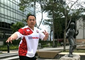 香港のブルースリー像前で記念撮影 大分県議会議員 土居昌弘